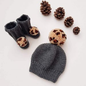 Bobble hat and booties gift set